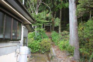 小山さん宅の脇が登山道入り口です。