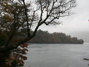 栃木百名山を楽しもう!:八丁出島の紅葉を見下ろす半月山