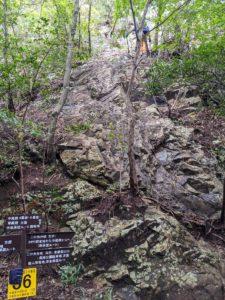 栃木百名山:古賀志山の中尾根コース3番4番岩チャレンジ